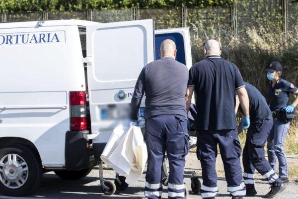 Femminicidio a Roma: picchia la compagna, la insegue sul balcone e l'accoltella: morta 43enne