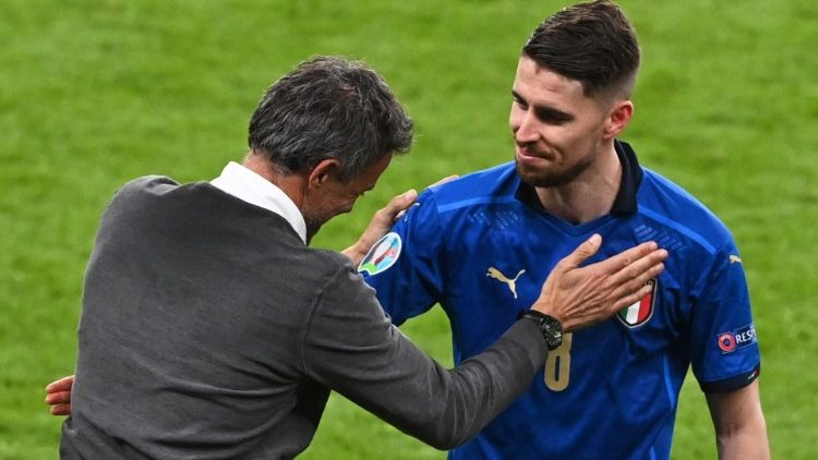 L'allenatore della Spagna, Luis Enrique, si congratula con il giocare dell'Italia Jorginho, autore del goal decisivo in semifinale (Facundo Arrizabalaga / Afp)