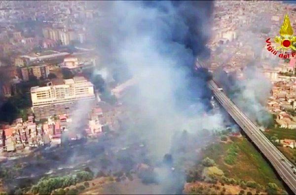Incendi in Sicilia: Catania brucia, case evacuate. L'aeroporto sospende i voli – Sicilia
