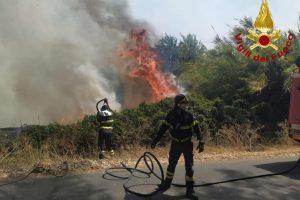 Incendi, rogo nell'Oristanese: sfollate quasi 400 persone
