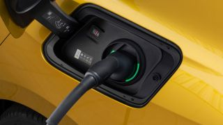 Nuova Opel Astra Hybrid, la presa di ricarica del sistema plug-in