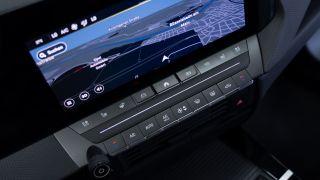 Nuova Opel Astra Hybrid, comandi fisici a centro plancia