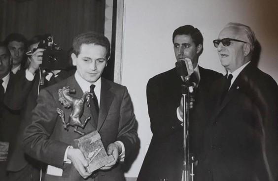 Sauro Mingarelli premiato da Enzo Ferrari nel '74 per l'assistenza al Cavallino