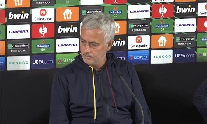 """La traduttrice è in difficoltà, Mourinho: """"Non è un problema tranquilla"""""""