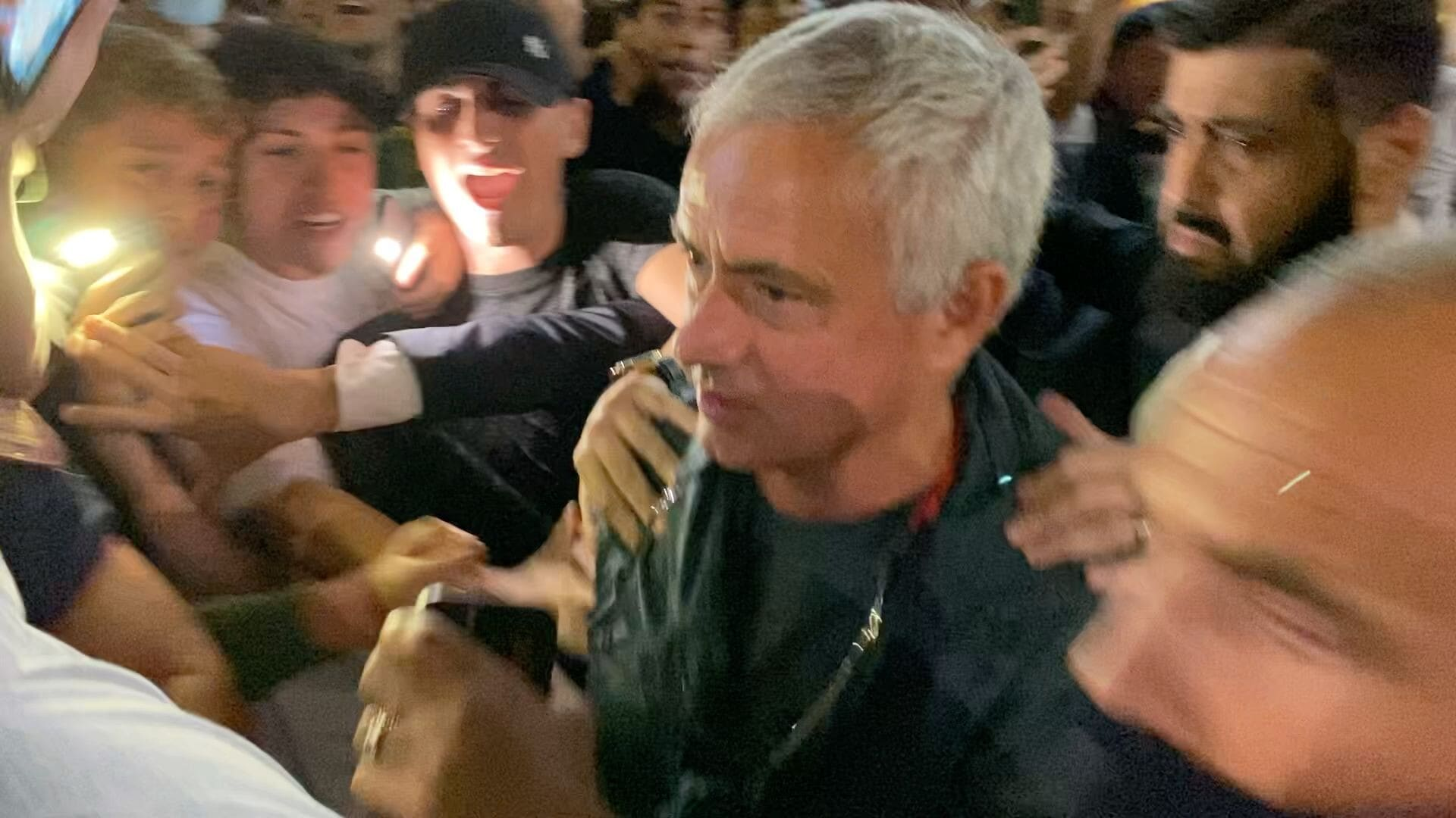 I tifosi della Roma pazzi di Mourinho: cori e ovazione dopo la cena