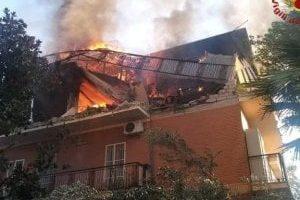 Roma, scoppia incendio in un palazzo di sette piani sulla Tuscolana: muore donna di 82 anni