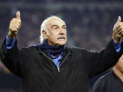 BARCELONA, SPAIN - NOVEMBER 29: The actor Sean Connery during the friendly match between FC Barcelona and The Peace Team, played at the Camp Nou stadium in Barcelona, Spain. The Peace Team is made of of Israeli and Palestinians playing together. (Photo by Luis Bagu/Getty Images).