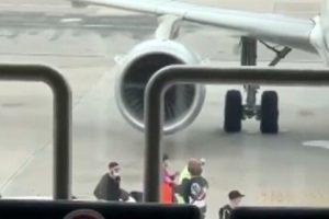 Napoli, gesto folle in aeroporto: perdono l'aereo e invadono la pista a Capodichino prima del decollo