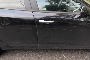 Regione Lombardia, tre auto di consiglieri M5s danneggiate con un trapano