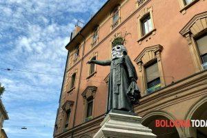 Teschi spaventosi sulle statue del centro. Blitz notturno anche a Bologna | FOTO